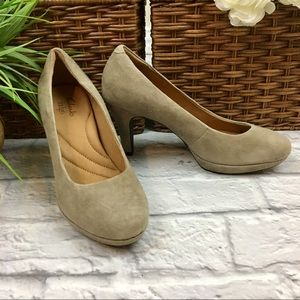 {Clarks Indigo} Tan Suede Pumps